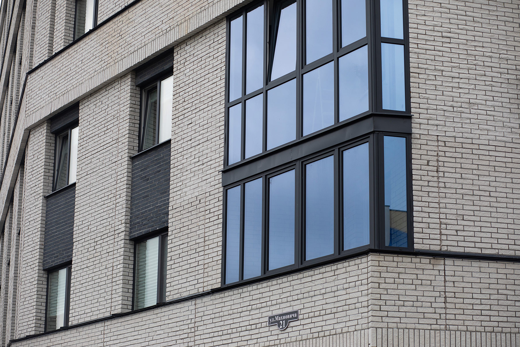 14-этажный жилой дом. Колотый белый и серый кирпич